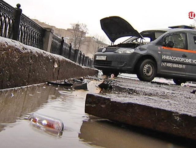 Инкассаторская машина провалилась в люк в центре Москвы