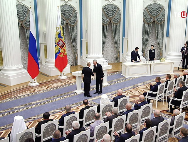 Президент России Владимир Путин вручает в Кремле госнаграды