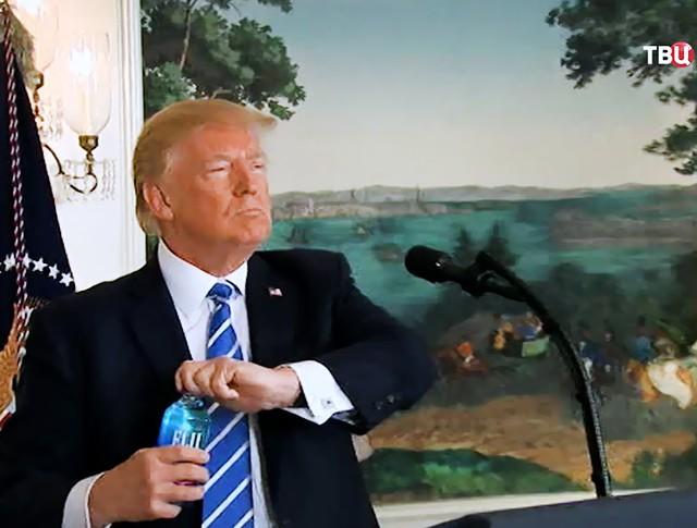Дональд Трамп пьет воду