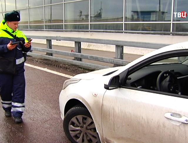 Инспекторы ДПС проверяют таксистов