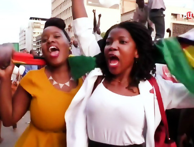 Жители Зимбабве радуются на улицах