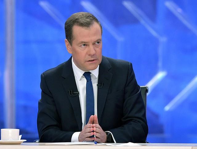 Председатель правительства России Дмитрий Медведев во время интервью журналистам