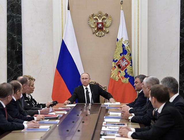 Владимир Путин проводит совещание с постоянными членами Совета безопасности