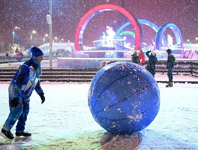Жители Москвы и гости столицы катаются на катке на ВДНХ