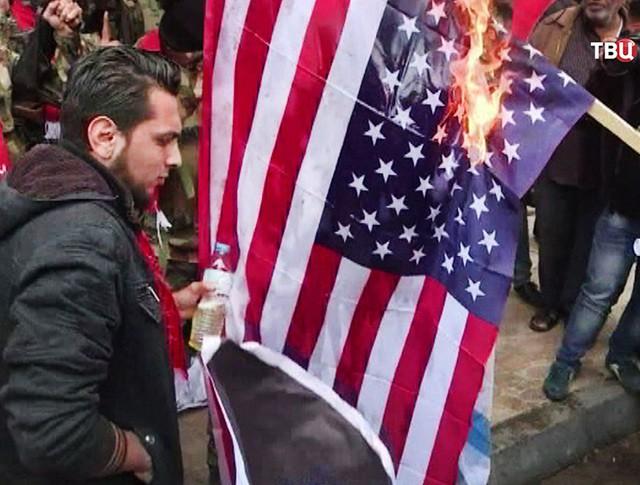 Поджигают флаг США