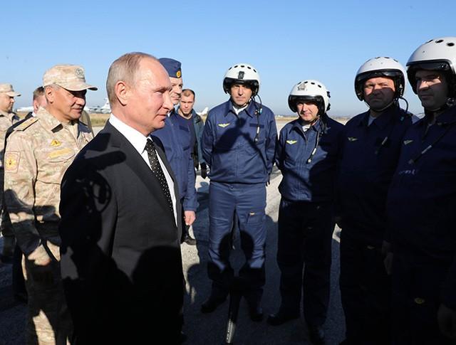 Владимир Путин общается с военнослужащими во время посещения авиабазы Хмеймим