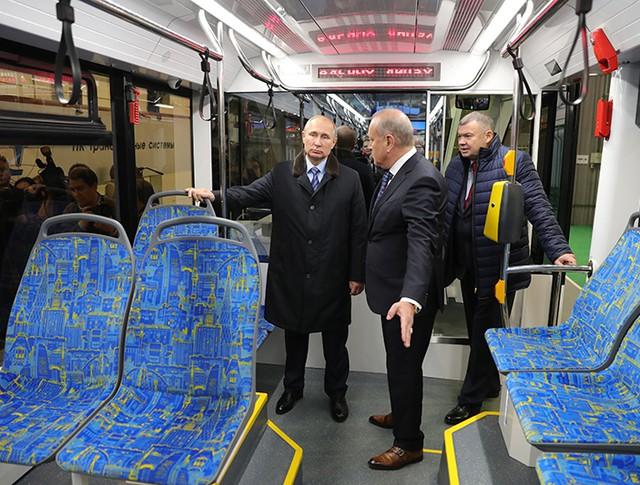 Владимир Путин во время осмотра низкопольного трамвая в цехе Тверского вагоностроительного завода
