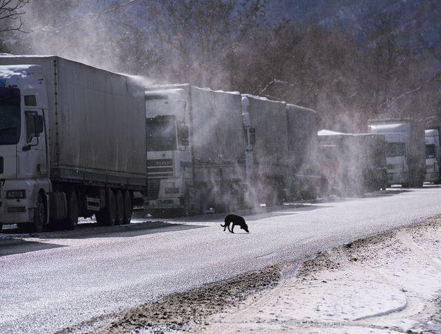 Грузовики на обочине Военно-Грузинской дороги
