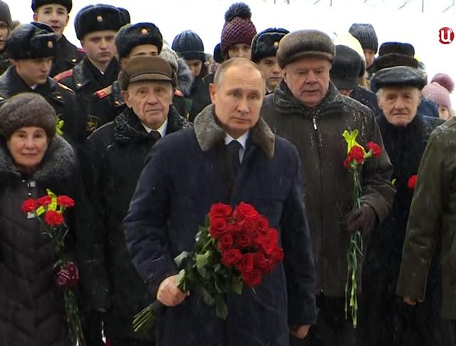 Владимир Путин возлагает цветы на Пискаревском кладбище