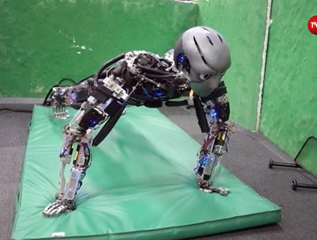 Робот отжимается