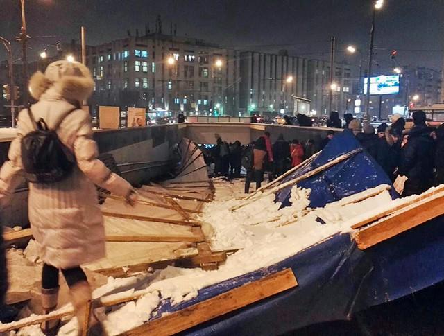 """Место обрушения строительного навеса над переходом возле станции метро """"Улица 1905 года"""""""