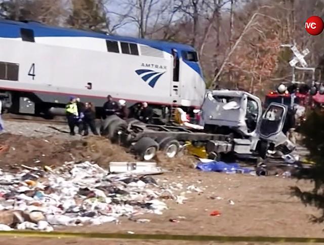 Столкновение поезда и грузовика в США