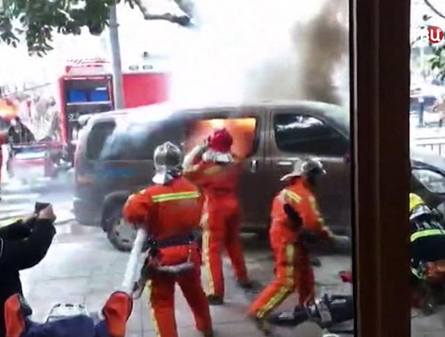 Спасатели Китая тушат горящий автомобиль