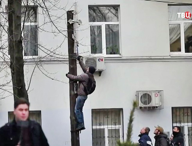 Украинские радикалы сбивают православные кресты