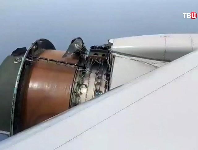 Разрушающийся двигатель Boeing