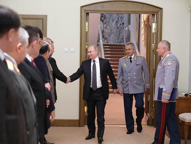 Владимир Путин во время встречи с приглашёнными на торжественный вечер главами иностранных делегаций