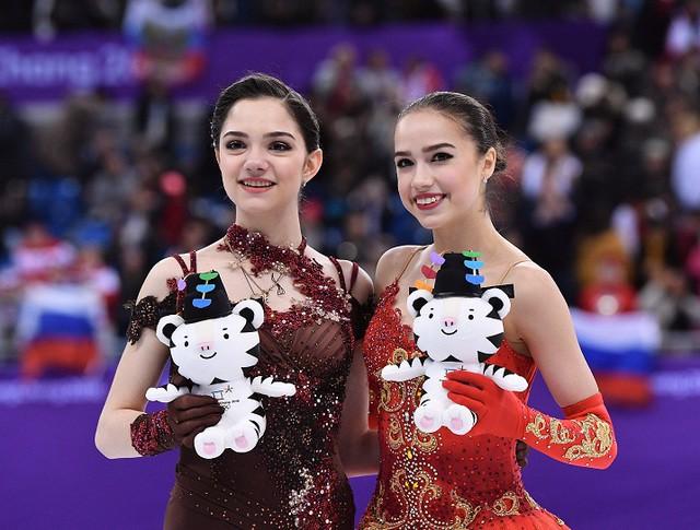 Российские фигуристки Евгения Медведева (слева) и Алина Загитова (справа)