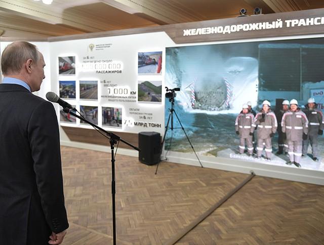 Владимир Путин во время телемоста с площадкой строительства второго Байкальского тоннеля