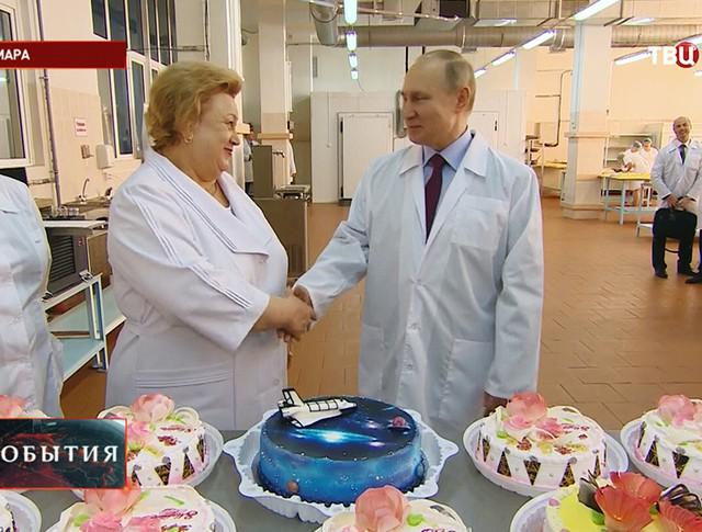 Владимир Путин во время посещения Самарского булочно-кондитерского комбината