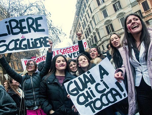 Женщины во время демонстрации 8 марта