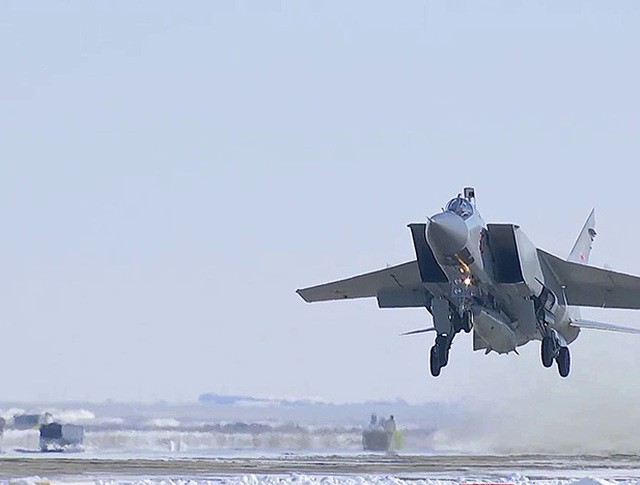 """МиГ-31 с ракетой """"Кинжал"""" на борту"""