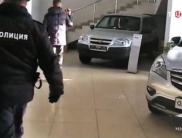 Задержание мошенников в автосалоне