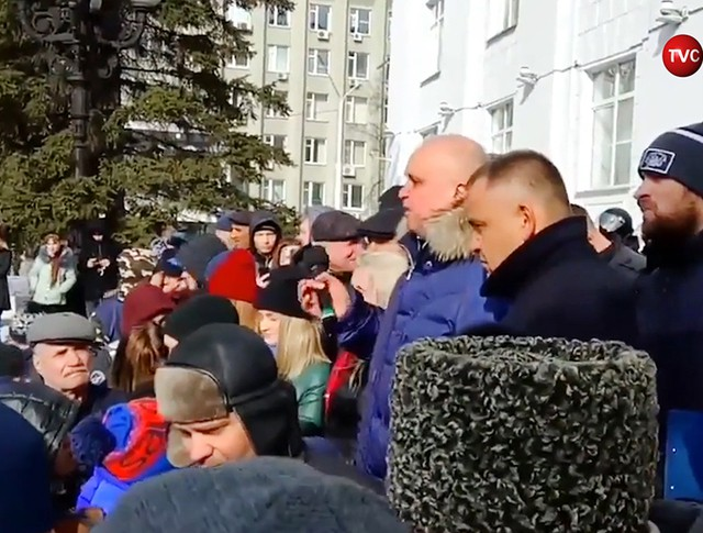 Заместитель губернатора Кемеровской области Сергей Цивилев во время митинга встал на колени перед жителями города