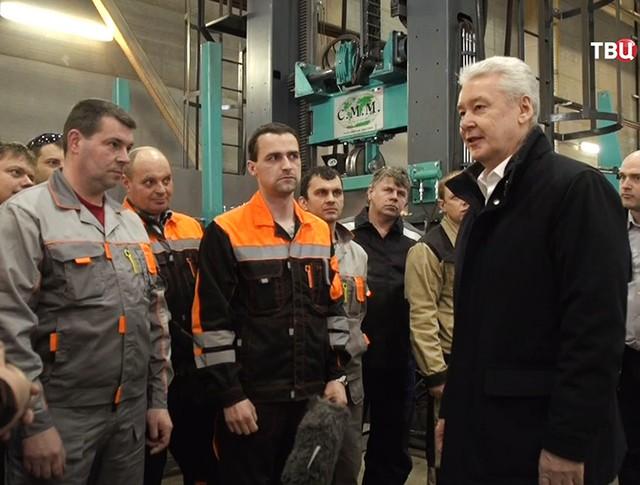 Сергей Собянин и сотрудники производственного предприятия