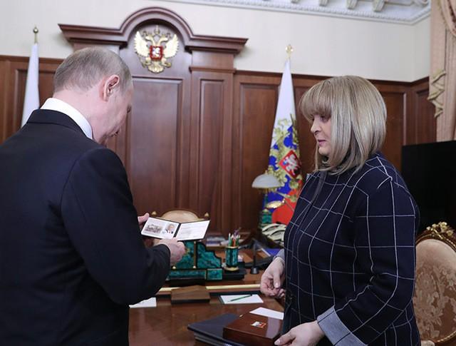 Глава ЦИК Элла Памфилова вручает Владимиру Путину удостоверение президента России