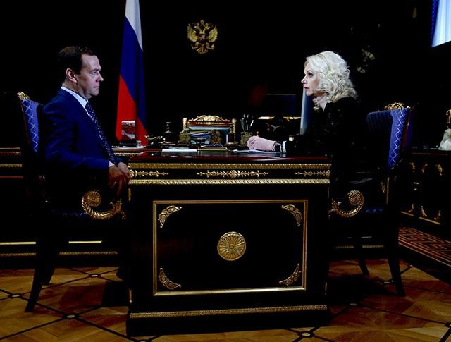 Председатель правительства России Дмитрий Медведев и председатель Счётной палаты Татьяна Голикова