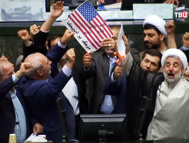 Сожжение флага США в парламенте Ирана