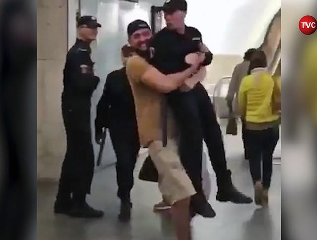 Мужчина поднял бойца Росгвардии