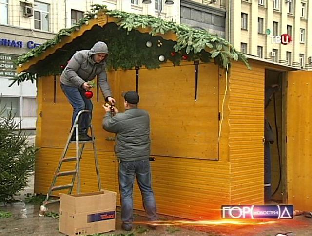 Рабочие разбирают рождественские ярмарки