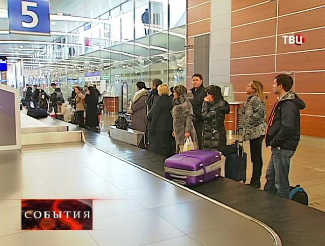 Пассажиры получают багаж