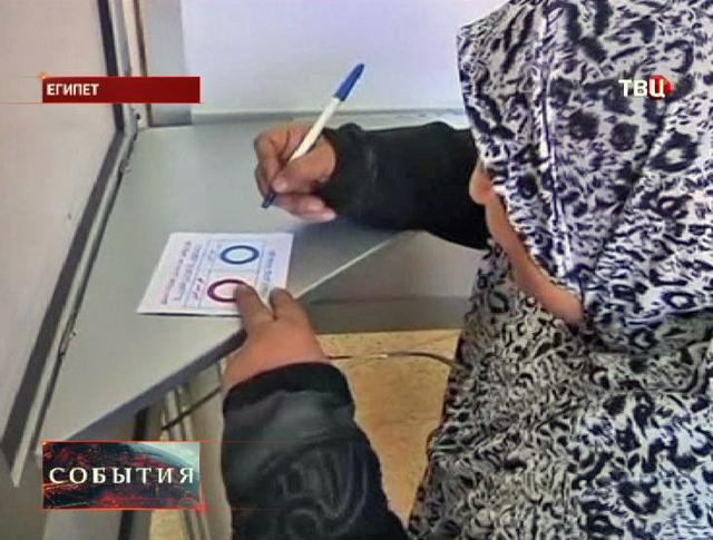 Жительница Египта голосует