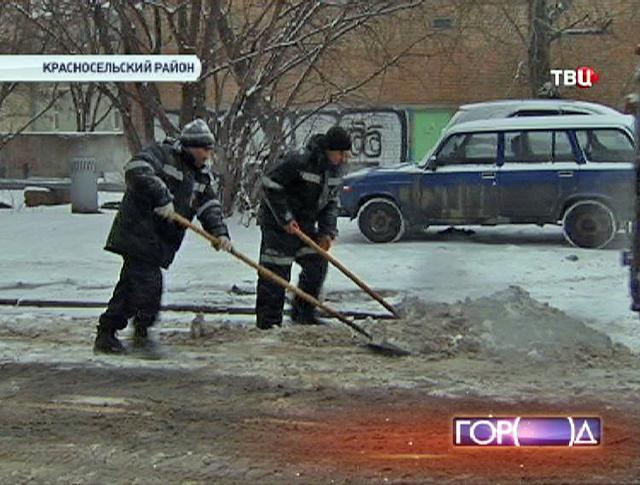 Дворники чистят улицу от снега