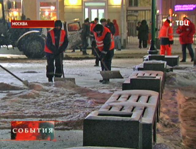 Дворники чистит тротуар от снега