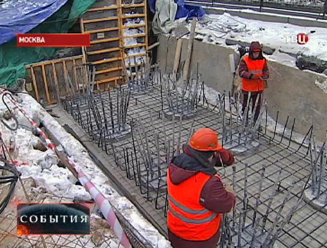 Строители заливают опору моста