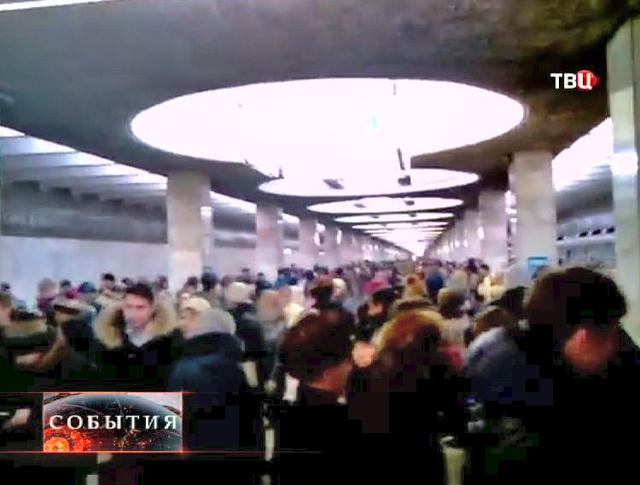 Толпа людей на станции метро