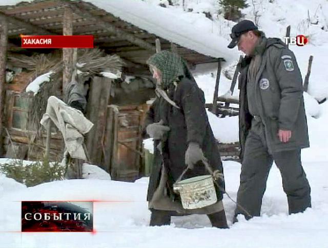 Жительница скита старообрядцев в Хакасии Агафья Лыкова и сотрудник МЧС