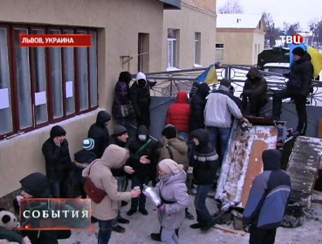 """Баррикада около базы """"Беркута"""" во Львове"""