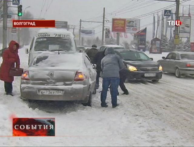 Дорожный затор из-за сильного снегопада в Волгограде