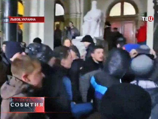 Протестующие захватили здание министерства