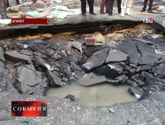Воронка в земле после взрыва в Египте