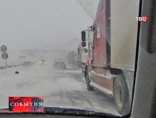 Автомобильный затор из-за сильного снегопада