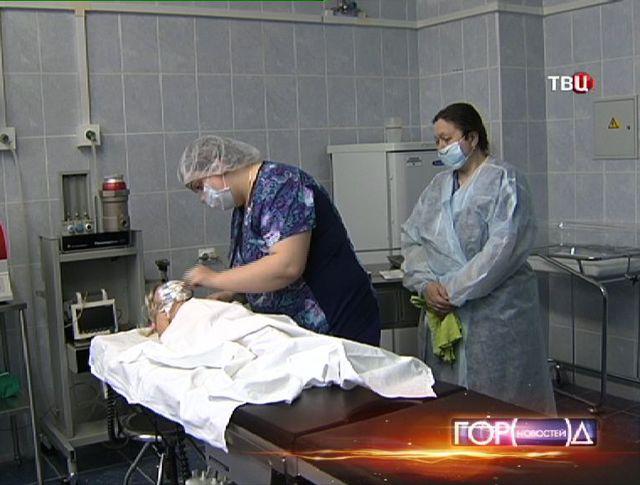 Врач Морозовской больницы осматривает ребенка