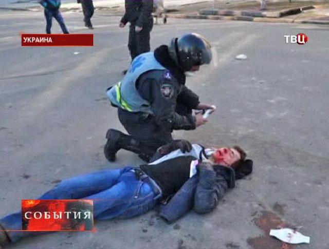 Оказание медицинской помощи раненому во время беспорядков на Украине