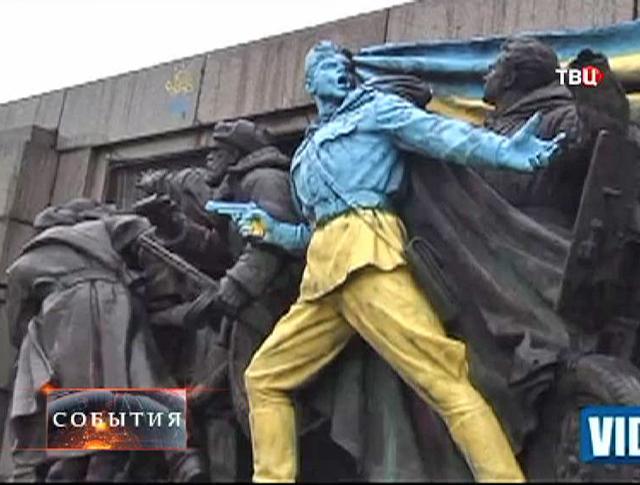 Оскверненный памятник советским воинам в Софии
