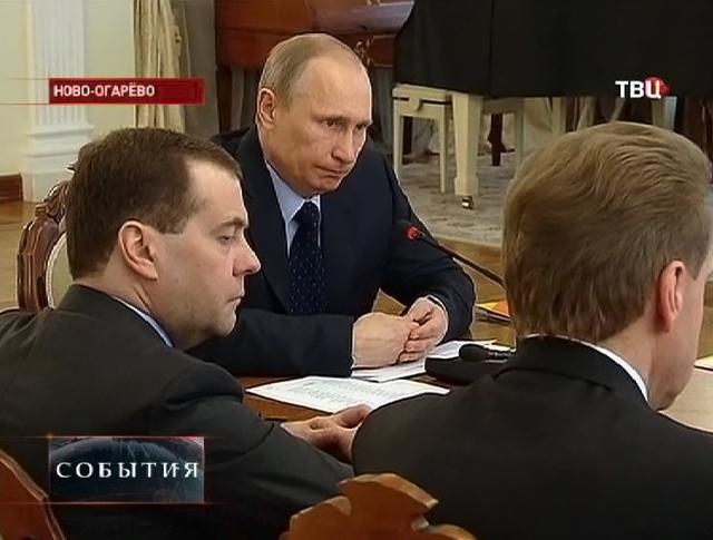 Владимир Путин и Дмитрий Медведев на заседании