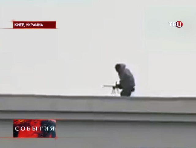 Снайпер на крыше здания в Киеве